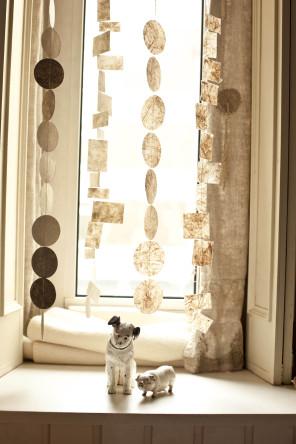 Fensterdekoration: Streifen aus handgeschoepftem Papier