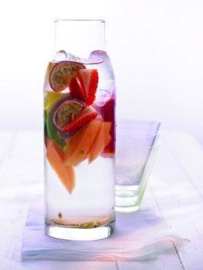 Aroma-Wasser mit Ananas, Passionsfrucht, Erdbeeren  Aromatic water with pineapple, passion fruit, strawberries