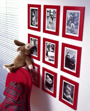 Schwarz-weiss Fotos in roten Holzbilderrahmen