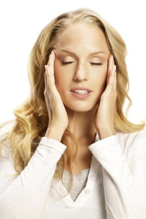 Blonde Frau mit Kopfweh