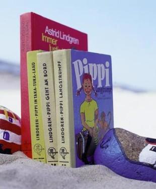 Astrid Lindgren Buecher im Sand