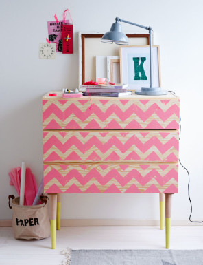 Holzkommode bedruckt mit rosa Zickzackmuster, Wooden chest of drawers printed with pink zigzag pattern,