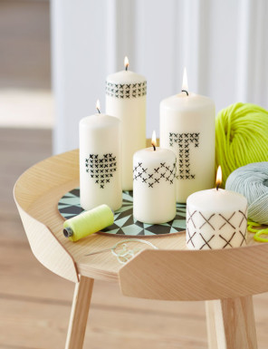 Mit Kreuzstichmuster verzierte Kerzen, Candles decorated with cross-stitch pattern,