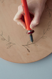 FG00006466-04 FOR EDITORIAL USE ONLY. Wood-burn platter. To Make. Step-by-Step.  Insert the groove tip into the wood burning pen and switch on the pen. Hold the wood burning pen as you would a normal pen.. Feature text available. (Photo by Gallo Images / Ideas)