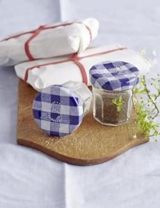 Marmeladenglaeser als Salz- und Pfefferstreuer